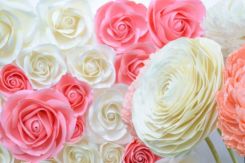 Большие гигантские бумажные цветки Большое розовое, белый, беж Роза, пион сделанный от бумаги Стиль пастельной бумажной картины п стоковое изображение