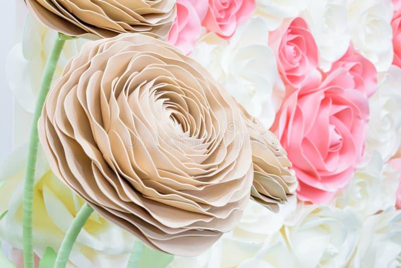 Большие гигантские бумажные цветки Большое розовое, белый, беж Роза, пион сделанный от бумаги Стиль пастельной бумажной картины п стоковое изображение rf