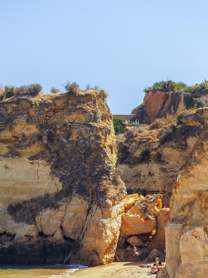 Большие, гигантские камни, утесы, валуны, на Batata da Прая, Лагос, p стоковое изображение rf