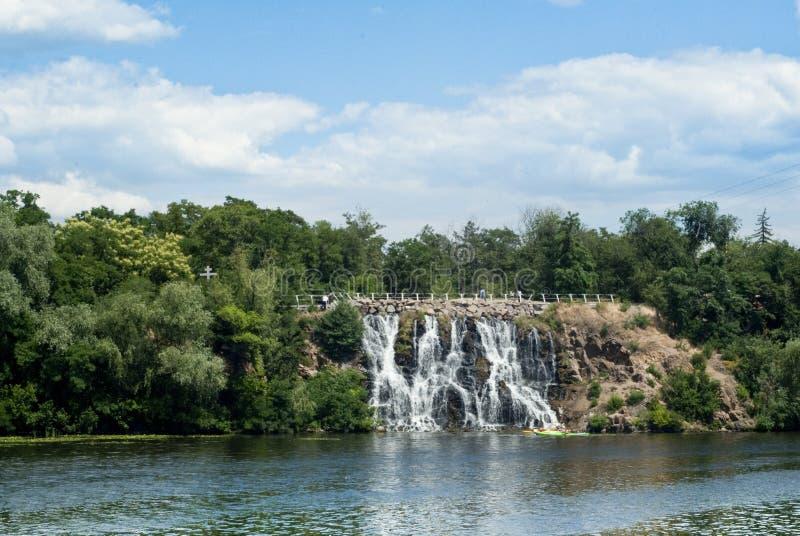 Большие деревья зеленого цвета реки и красивый водопад стоковые изображения