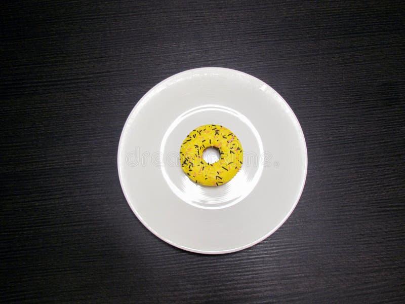 Большие желтые donuts на плите стоковые изображения rf