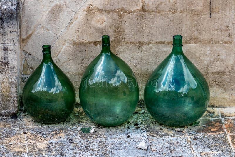 Большие зеленые стеклянные опарникы вина в Matera, Италии стоковые изображения