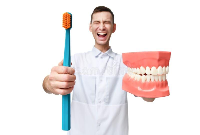 Большие зубы кукла и доктор дантиста с выкрикивать зубной щетки кричащий стоковое изображение