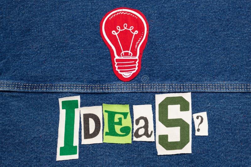 Большие ИДЕИ с коллажем слова электрической лампочки от писем на джинсовой ткани, метода мозгового штурма футболки отрезка вне стоковая фотография