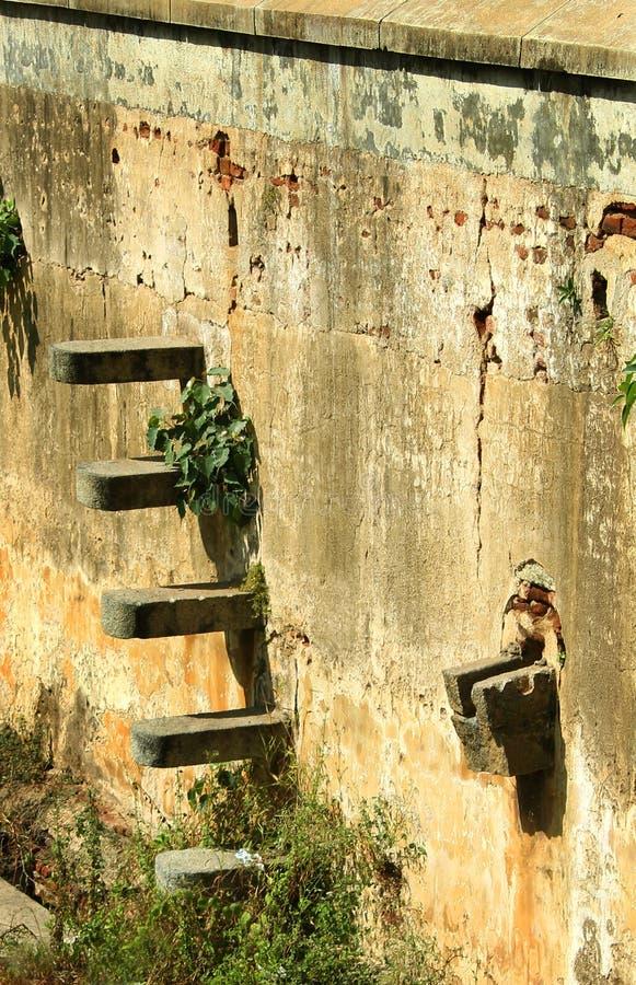 Большие каменной зубчатые стены стены и форта с ландшафтом канавы стоковые изображения rf