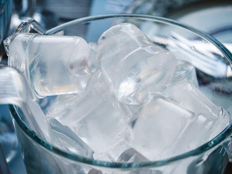 Большие кубы льда в ведре стоковые фото