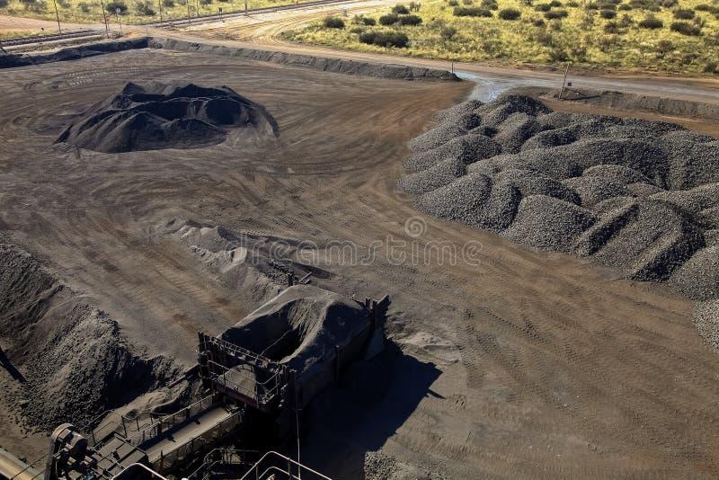 Большие кучи обрабатываемого утеса руды марганца стоковые фото