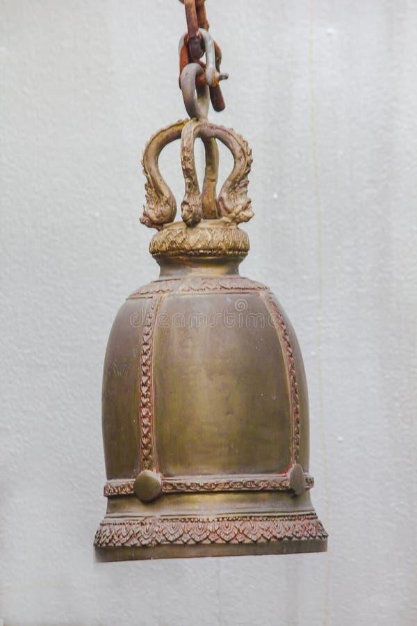 Большие латунные колоколы обыкновенно повешены в тайских висках стоковые изображения rf