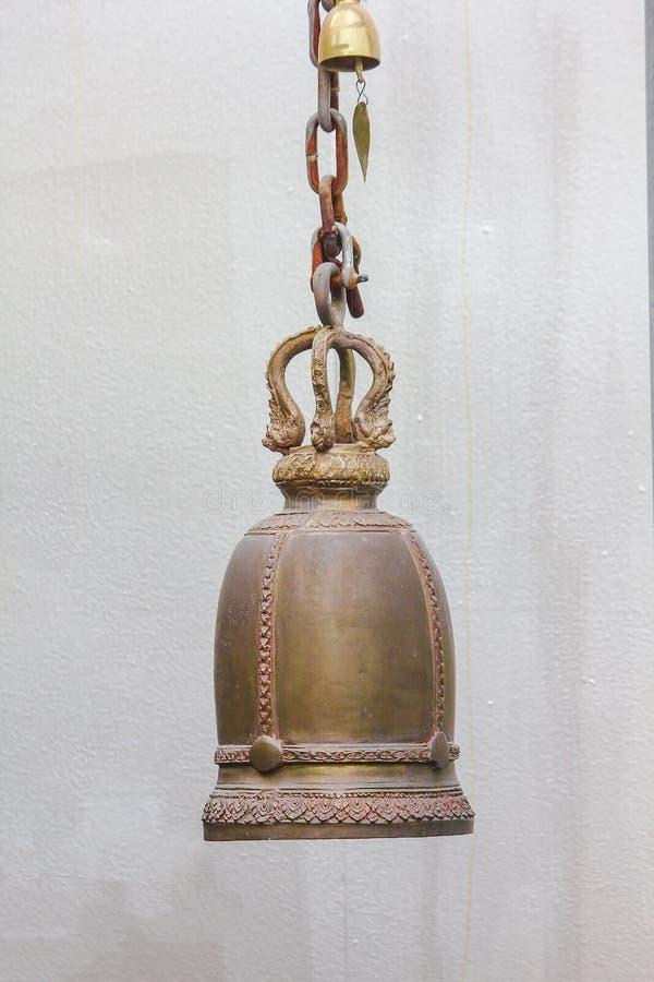 Большие латунные колоколы обыкновенно повешены в тайских висках стоковые фото
