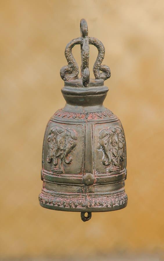 Большие латунные колоколы обыкновенно повешены в тайских висках стоковое изображение