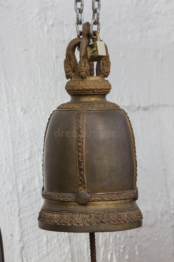 Большие латунные колоколы обыкновенно повешены в тайских висках стоковые фотографии rf