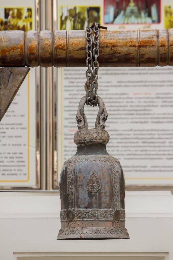 Большие латунные колоколы обыкновенно повешены в тайских висках стоковое изображение rf