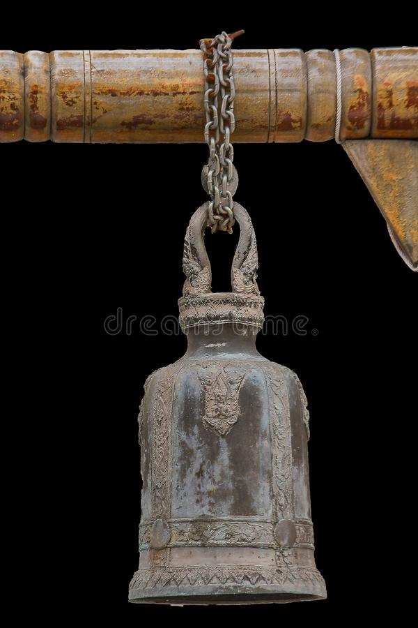 Большие латунные колоколы обыкновенно повешены в тайских висках стоковое фото