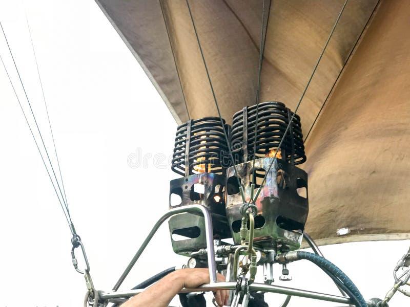 Большие мощные горелки утюга металла, термальная большая пестротканая яркая круглая покрашенная радуга striped воздушный шар лета стоковые фото