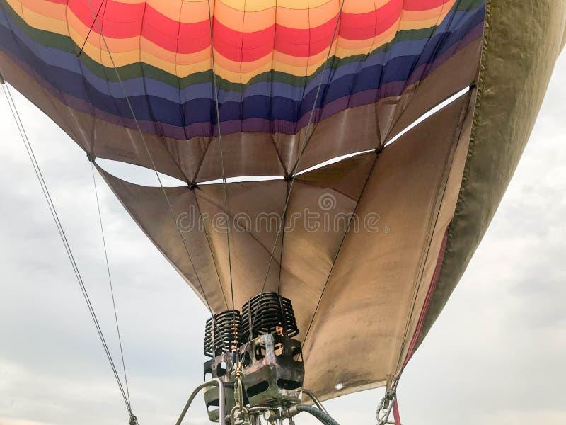 Большие мощные горелки утюга металла, термальная большая пестротканая яркая круглая покрашенная радуга striped воздушный шар лета стоковое фото rf