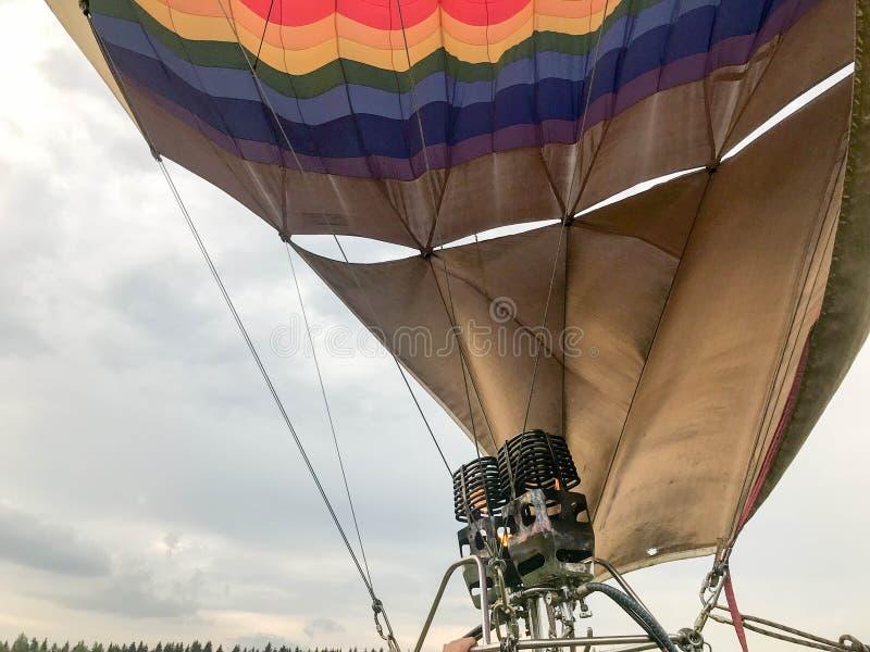 Большие мощные горелки утюга металла, термальная большая пестротканая яркая круглая покрашенная радуга striped воздушный шар лета стоковое изображение
