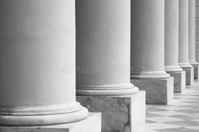 Большие мраморные столбцы во взгляде перспективы стоковое фото rf