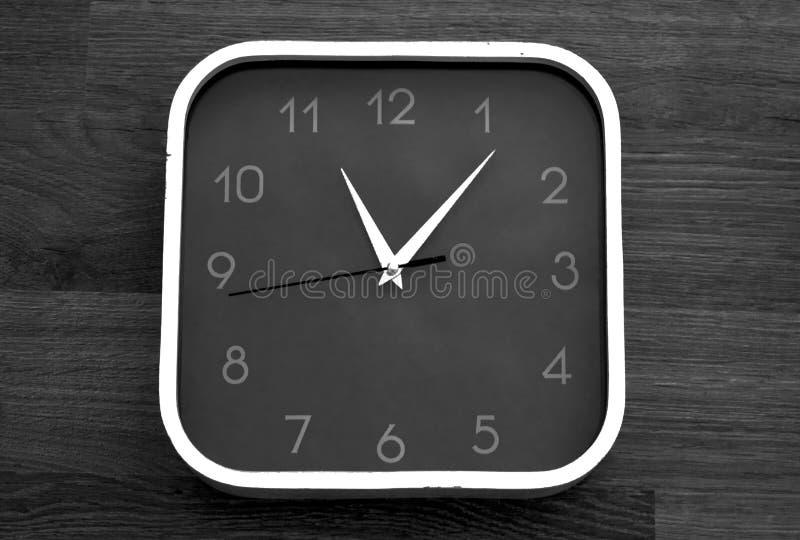 Большие настенные часы с белой рамкой, на естественной деревянной предпосылке стоковые фотографии rf