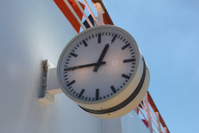 Большие на открытом воздухе часы показывая 12 сорок пять стоковое фото rf
