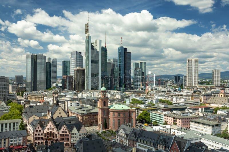 Большие облака над горизонтом Франкфурта стоковое изображение