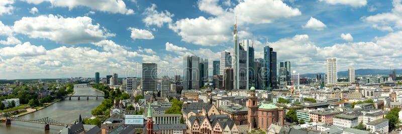 Большие облака над горизонтом Франкфурта стоковое фото