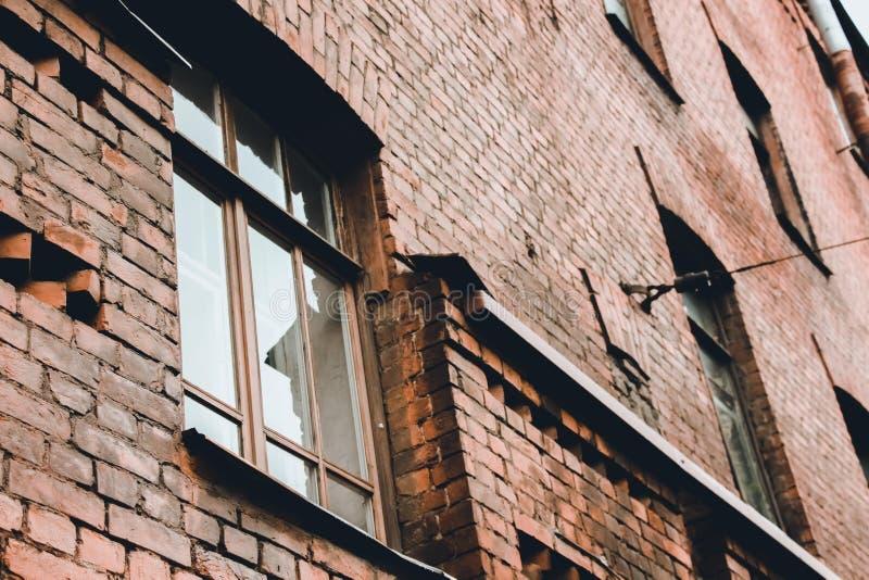 Большие окна в старом кирпичном здании Здание было построено в девятнадцатом веке стоковое фото