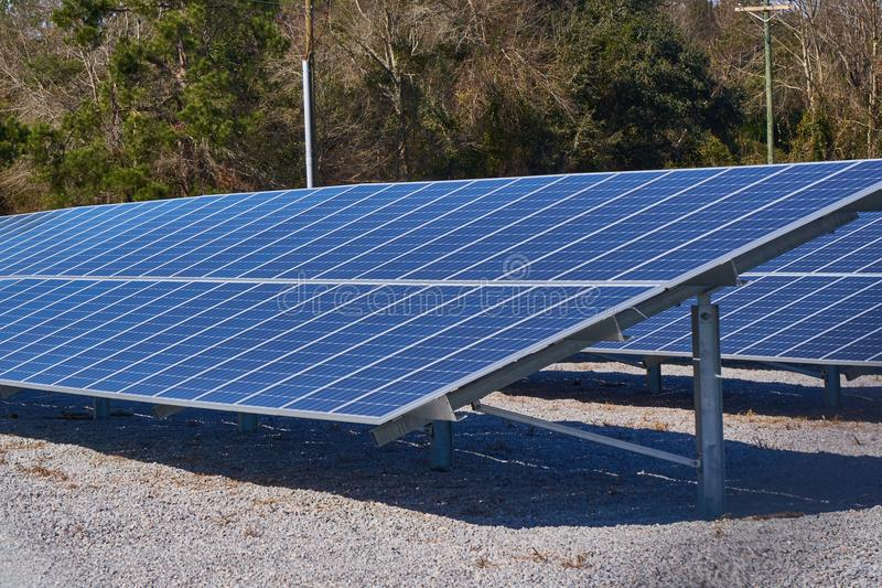 Большие панели солнечных батарей используемые для энергии стоковая фотография rf