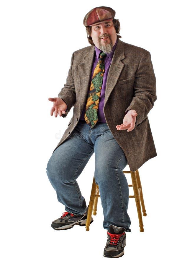 большие пожимания плечами человека сидят усмехаться стоковое изображение