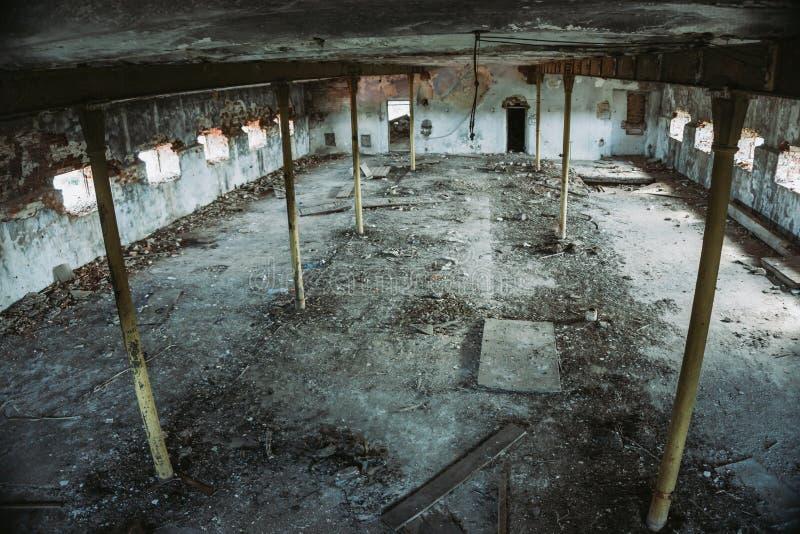 Большие покинутые промышленные зала или ангар загубленных фабрики или склада в Воронеже стоковые изображения rf
