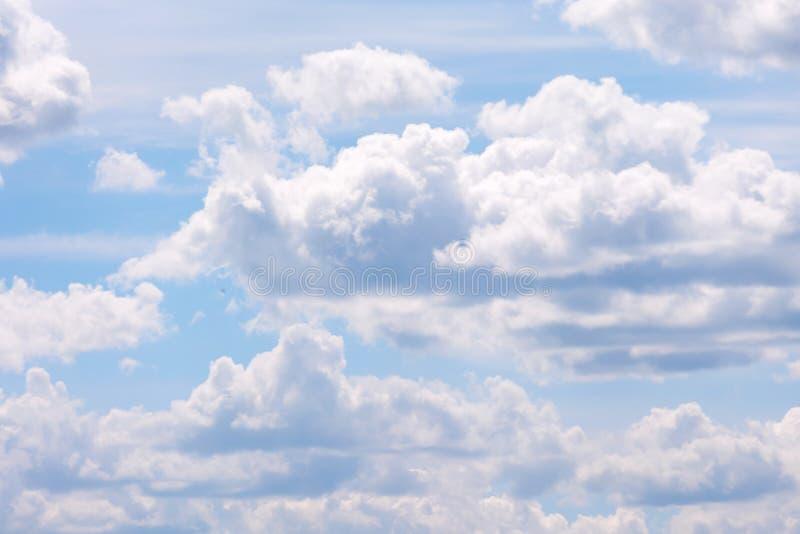 Большие пушистые облака Голубое небо видимо от за белых облаков стоковые фото