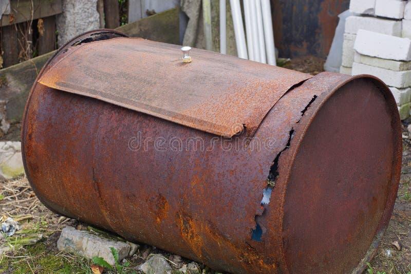 Большие ржавые старые и грязные лож бочонка на том основании стоковые фотографии rf
