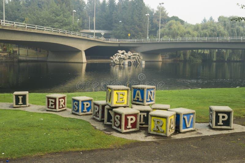 Большие, сверхразмерные блоки ` s детей на береге реки паркуют, в Spokane, Вашингтон, США стоковая фотография rf