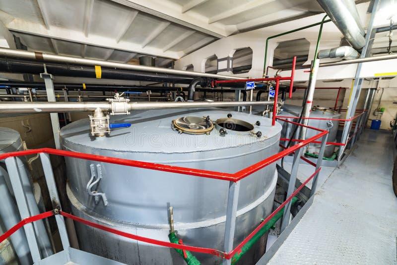 Большие стальные танки для заквашивать смесь дрожжей стоковая фотография rf