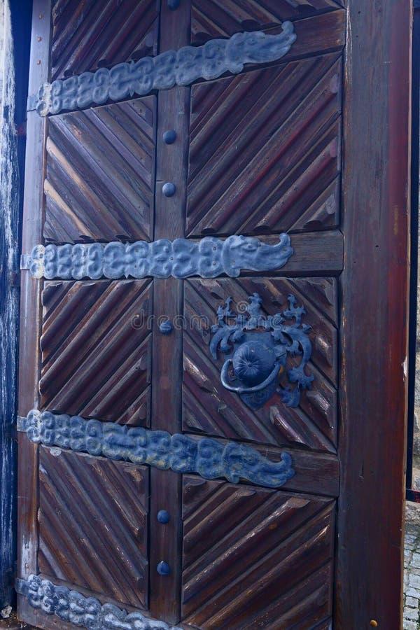 Большие старые деревянные двери приветствуют вас на входе стоковые фото