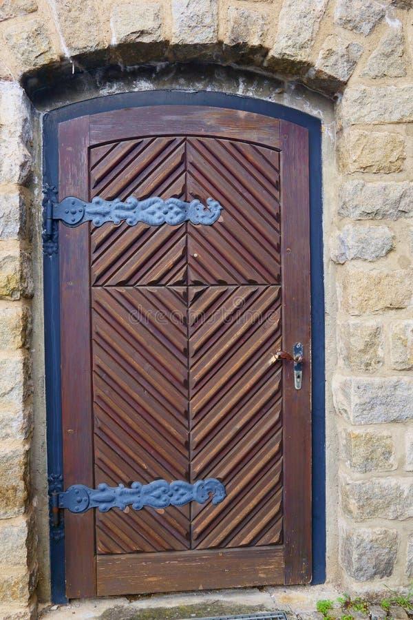 Большие старые деревянные двери приветствуют вас на входе стоковое фото