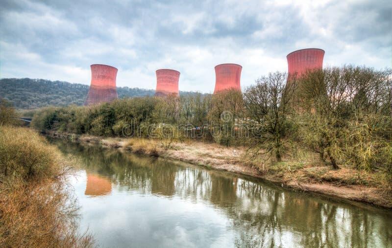Большие стояки водяного охлаждения на получившейся отказ электростанции Ironbridge стоковые фото