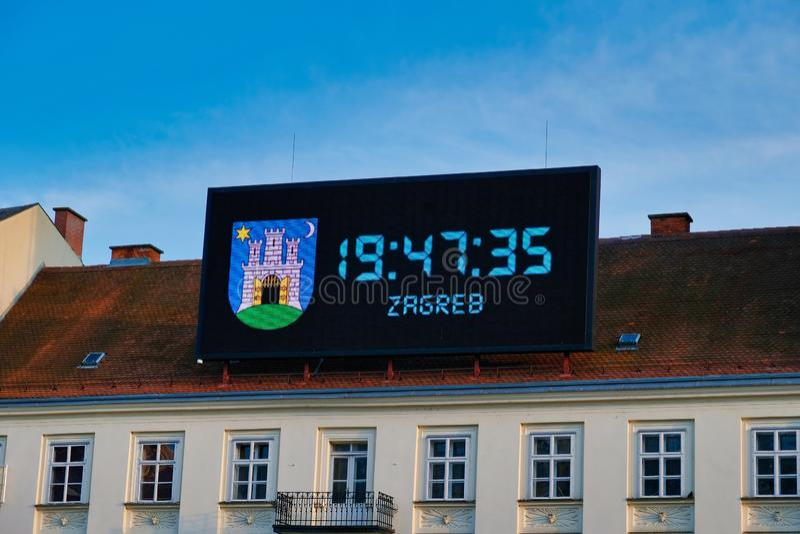 Большие цифровые часы на историческом здании, Загребе, Хорватии стоковые изображения