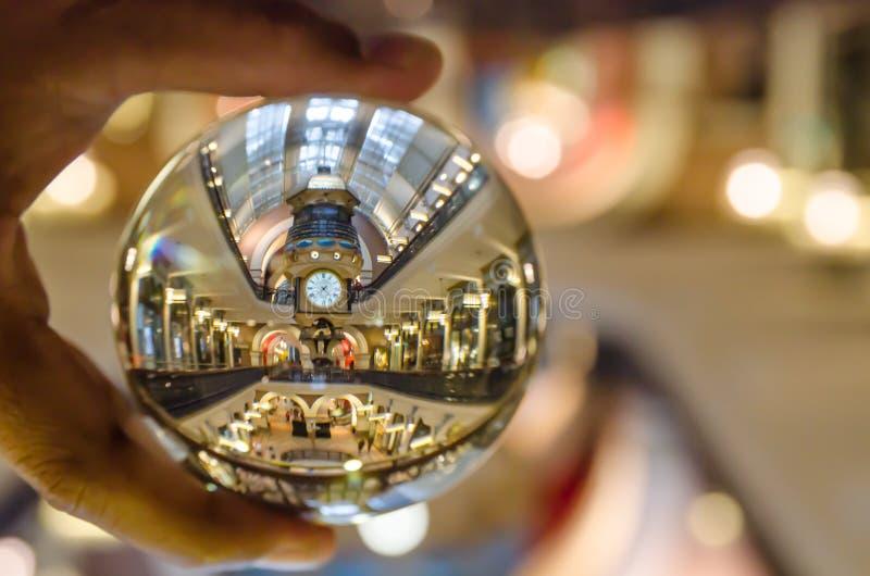 Большие часы Австралии в фотографии здания ферзя Виктории в ясном кристаллическом стеклянном шарике с левым мужским удерживанием  стоковая фотография