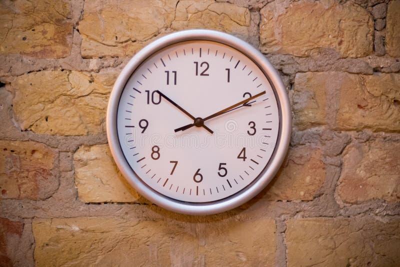 Большие часы на кирпичной стене стоковые изображения rf