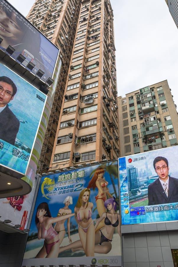 Большие экраны на зданиях Гонконга стоковые фото