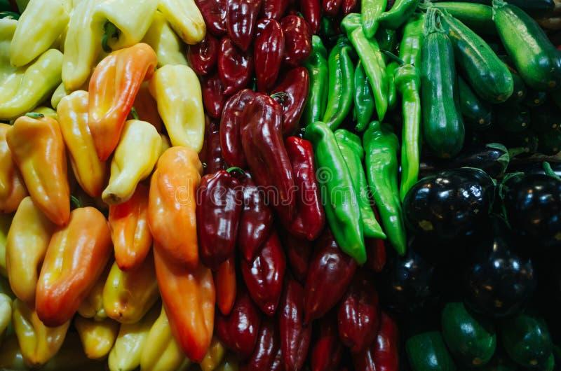 Больший рынок Hall - продовольственный рынок в Будапеште, Венгрии Свежие овощи и специи продали Славная естественная картина перц стоковая фотография