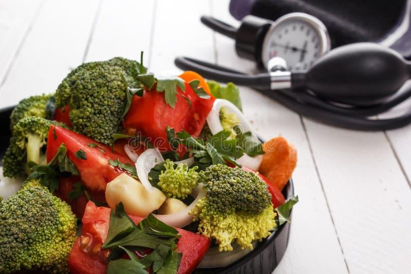 Большинств полезные овощи брокколи, луки, чеснок, томаты, моркови отрезанные с зелеными цветами в черной плите стоковое фото rf
