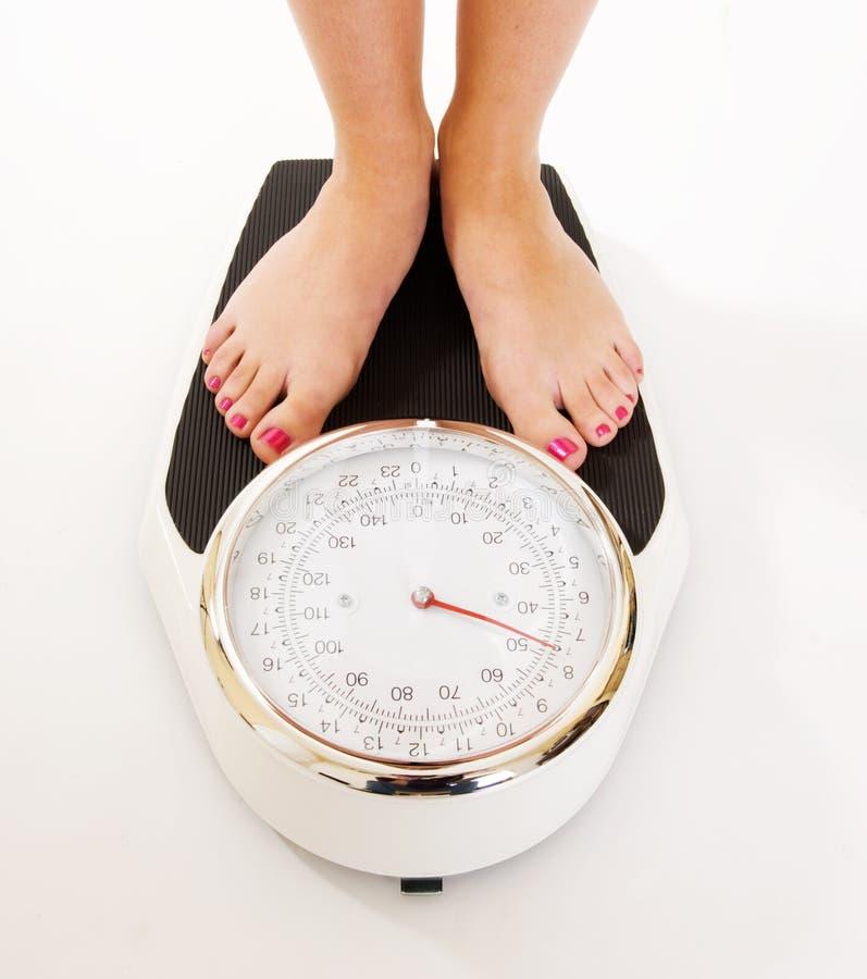 больших ноги маштабов s веся женщину стоковая фотография rf