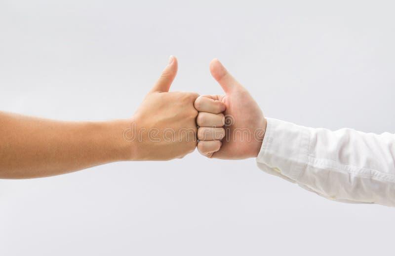 2 большого пальца руки человека вверх на белой предпосылке Сыгранность дела стоковая фотография rf