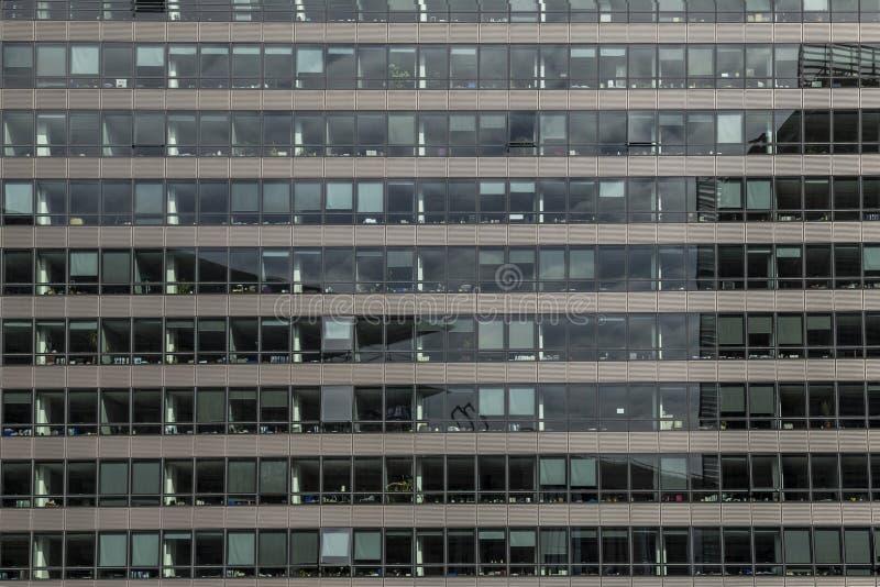 Большое административное здание с стеклянным фасадом в Брюсселе, Бельгии 26 06 2016 выставка Мичигана американского автоматическо стоковые изображения