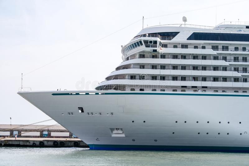 Большое белое туристическое судно причаленное на койке стоковые фото