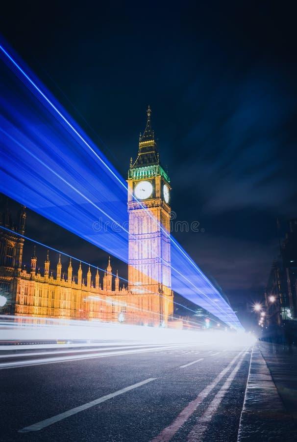Большое Бен на ноче с светами автомобилей в городе Лондона стоковая фотография rf