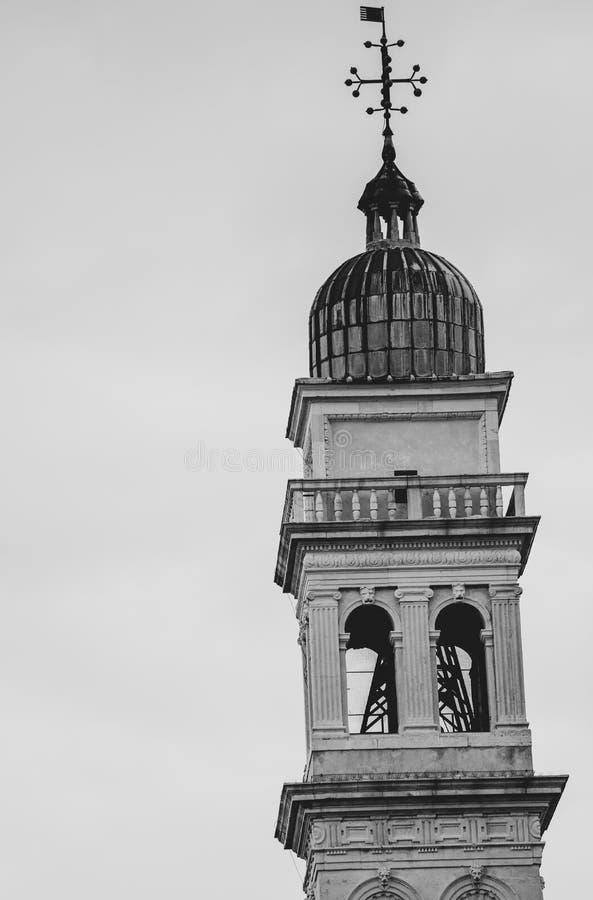 Большое высокорослое belltower с эмблемой вверху здание стоковая фотография