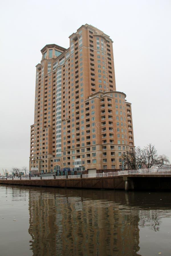 Большое здание кирпича и камня на краю дорожки вдоль внутренней гавани, Балтимора, Мэриленда, 2017 стоковые фотографии rf