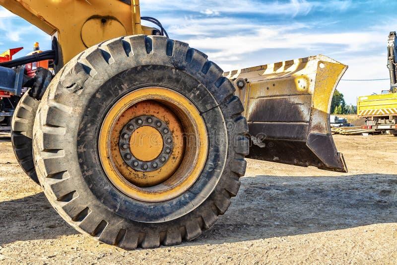 Большое колесо желтого конца-вверх грейдера стоковая фотография rf